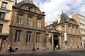 Hôtel de Sully entrée.jpg (10942 octets)